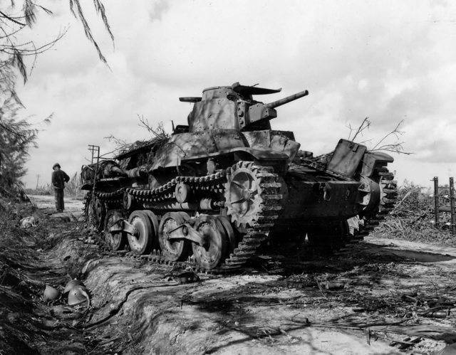 Погибший советский танкист рядом с уничтоженным танком т-34 | военный альбом