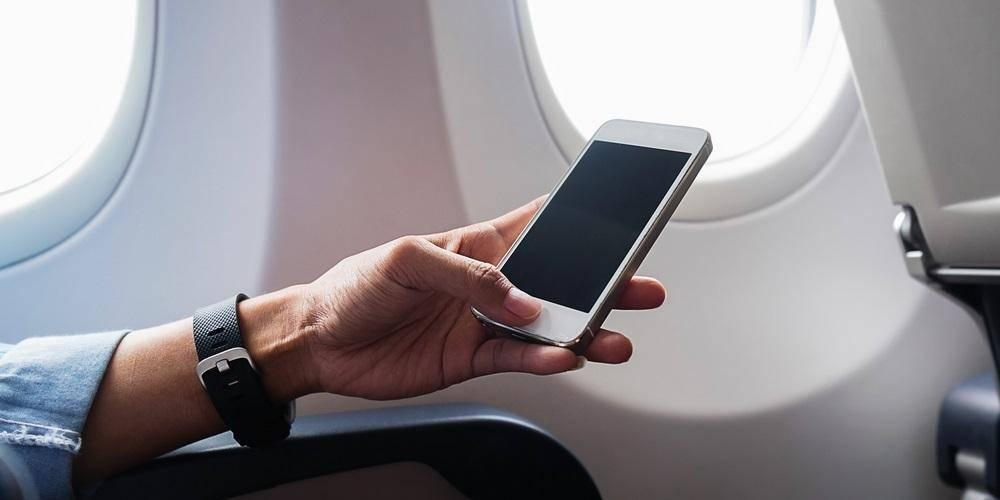 Можно ли пользоваться телефоном в самолете, почему нужно выключать при взлете, есть ли возможность зарядить