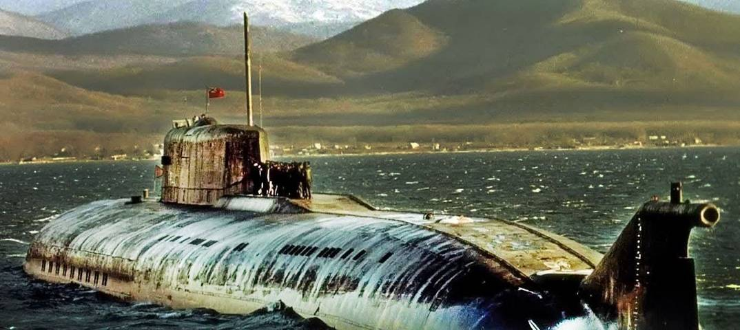 Выжившие подводники «комсомольца» зажигают свечи ичитают молитвы