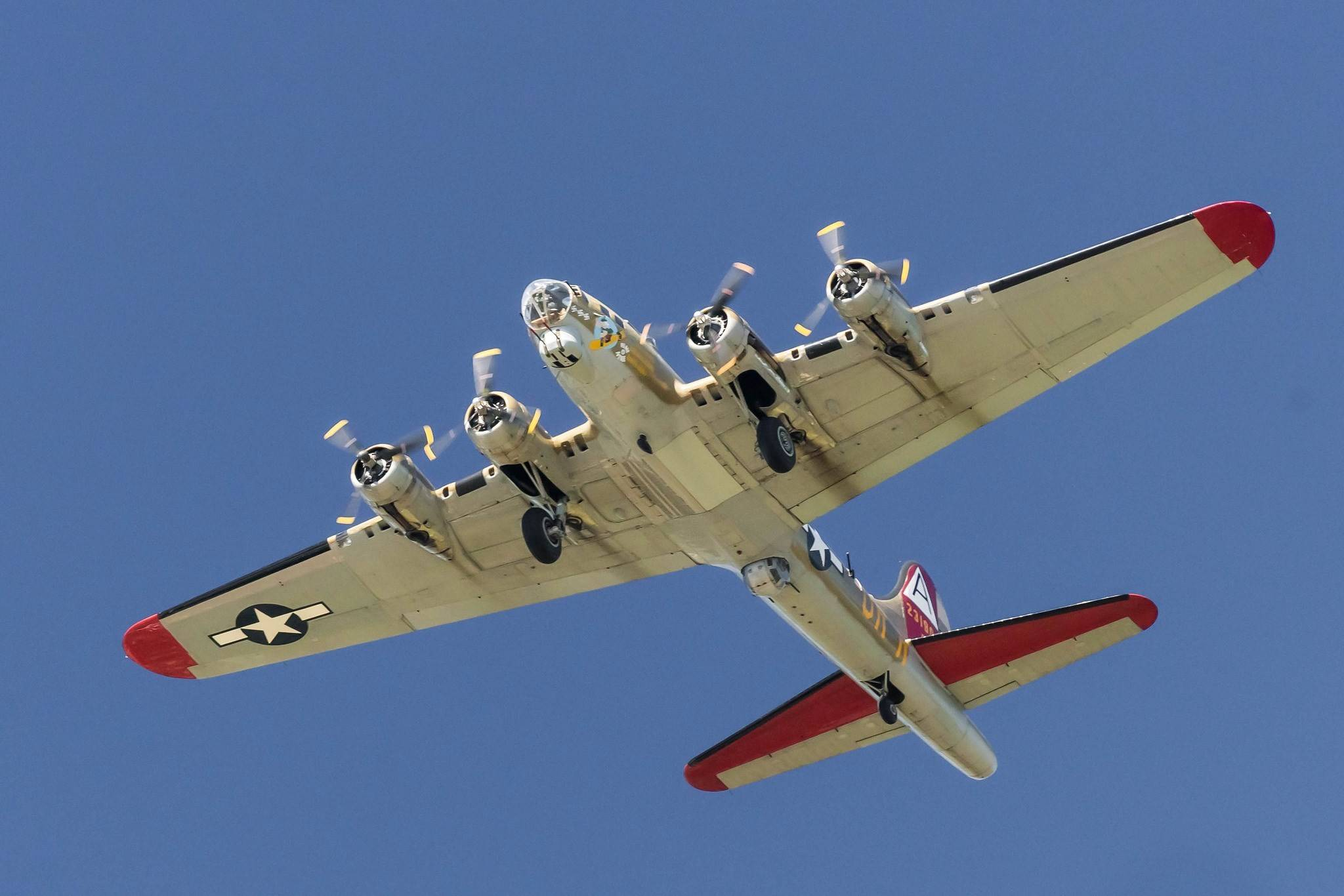 B-17 бомбит немецкий военный завод фокке-вульф | военный альбом