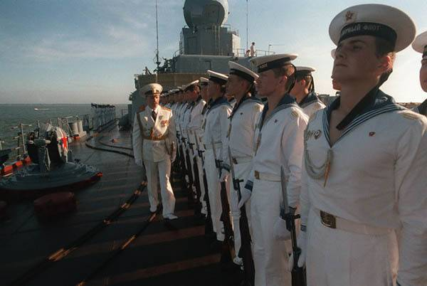 Форма ВМФ – бескозырка белая, в полоску воротник