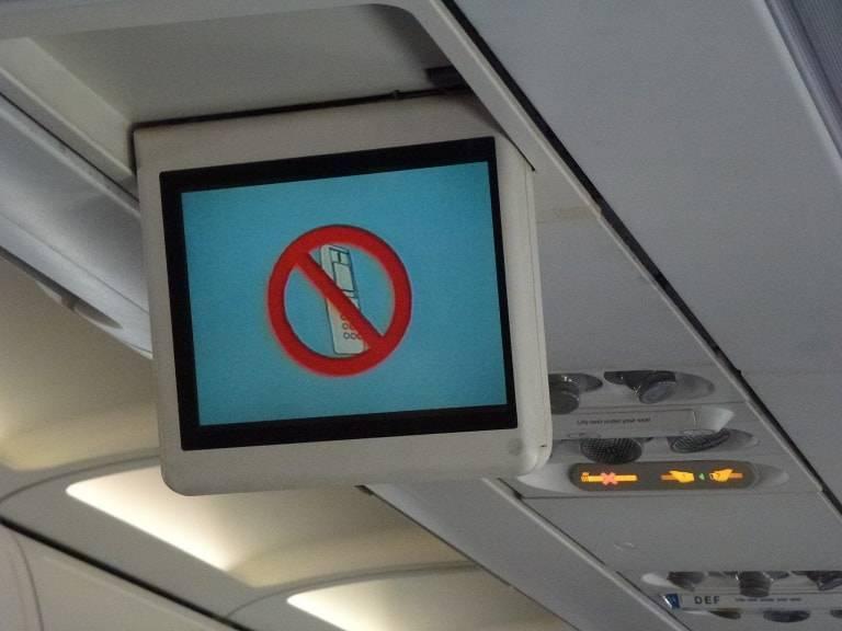 Почему нельзя пользоваться телефоном в самолёте и на заправке
