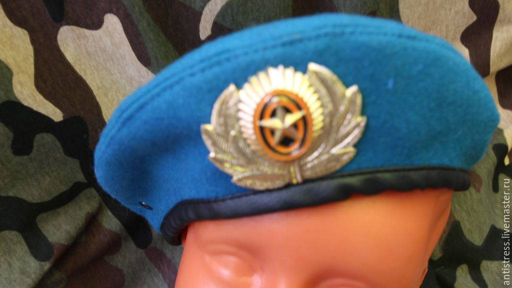 Ношение берета по уставу. почему десантники заламывают берет направо. вдв: от малинового к голубому