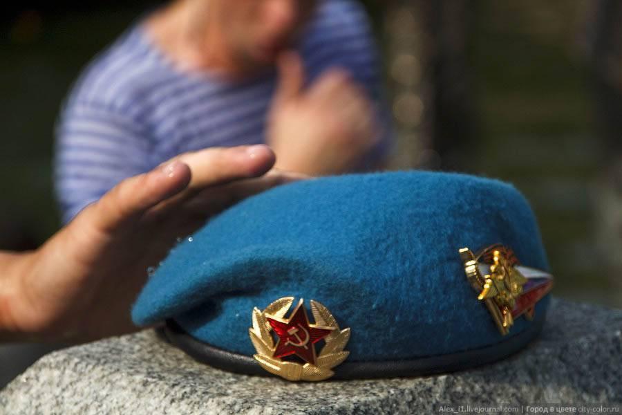 Отбивка военного берета десантника пошагово. как правильно отбивать берет руками, молотком, ложкой: способы создания безупречно «твердой» формы. …и сложные для дембелей