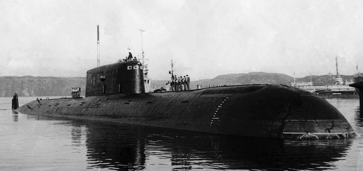 Выжившие подводники «комсомольца» зажигают свечи и читают молитвы // нтв.ru