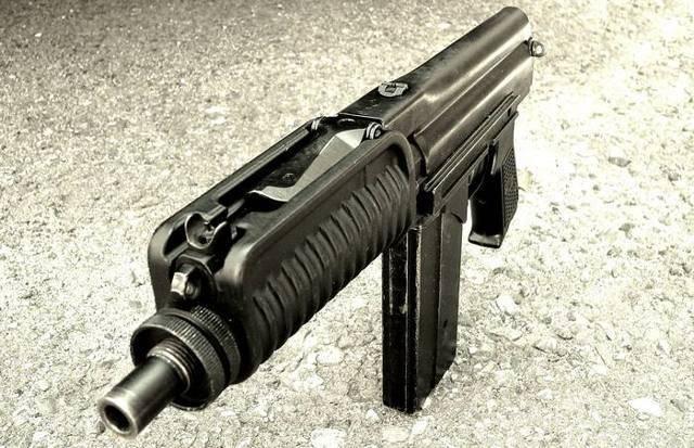 Боевые пистолеты калибра 9 мм.