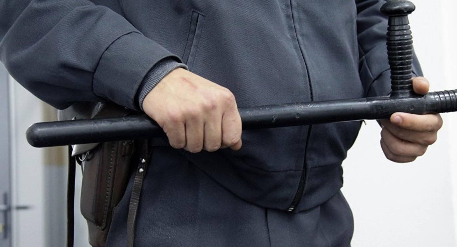 Как правильно надеть наручники на манекен