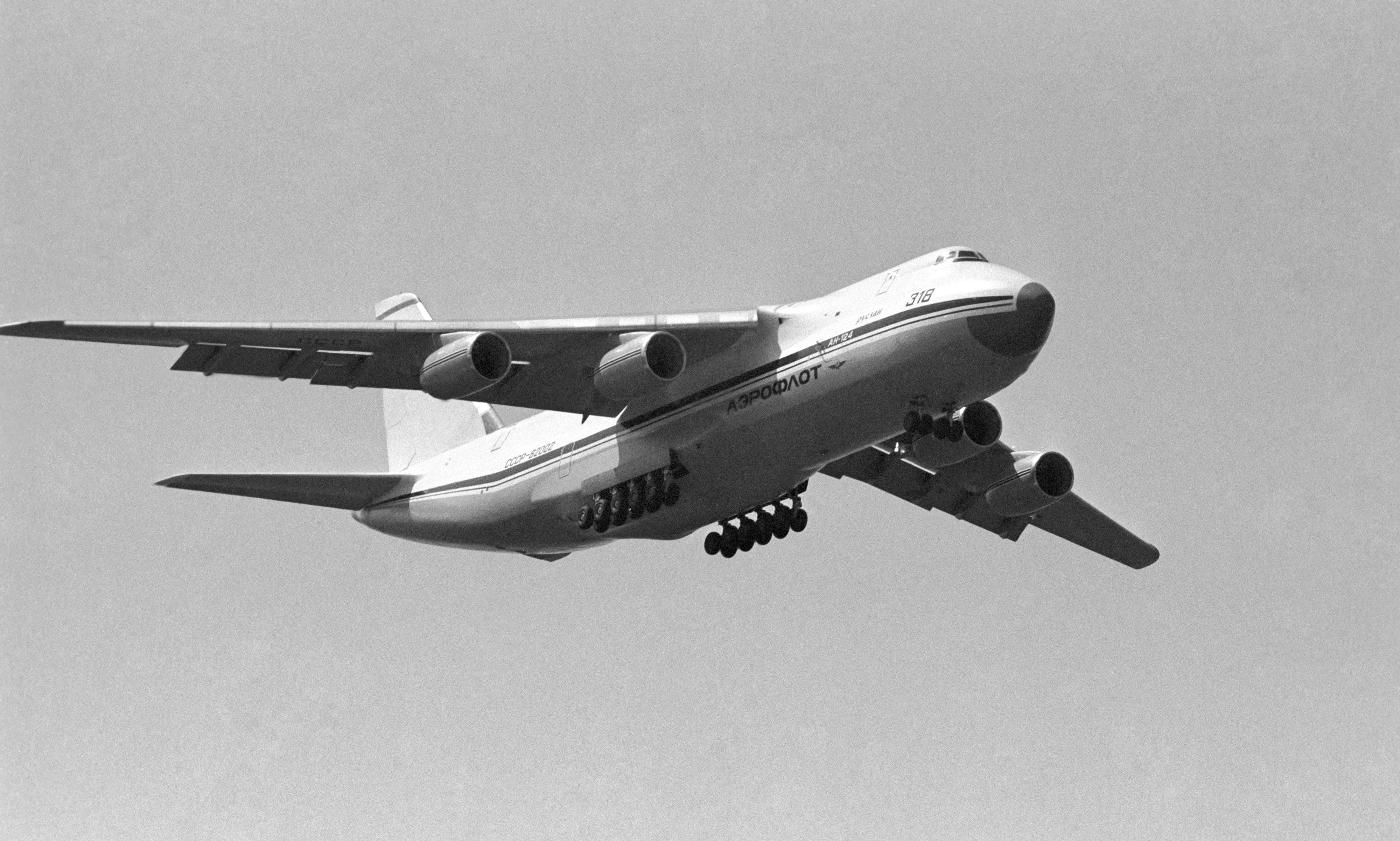 Каковаскорость самолета ? какова скорость полета ?